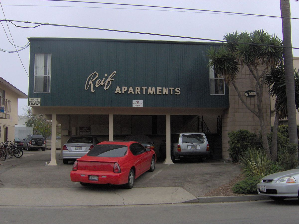 1280px-Reif_apartments_in_Isla_Vista
